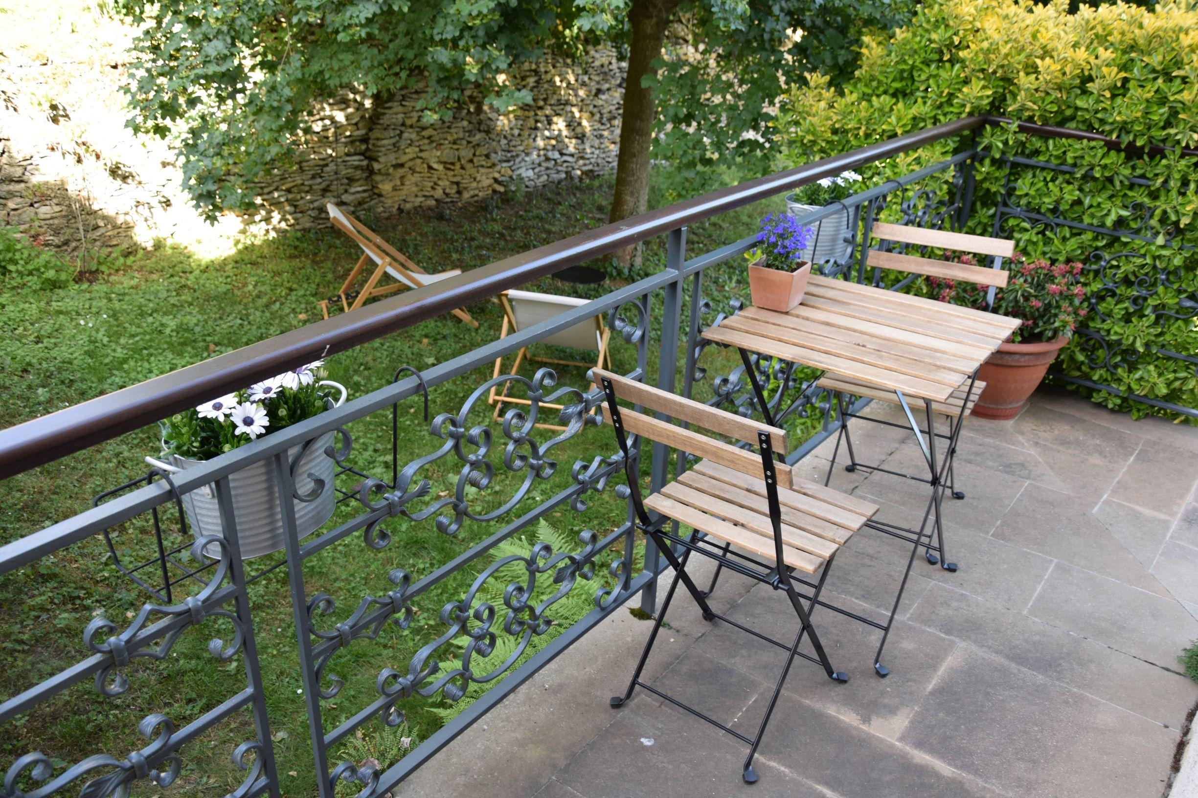Table de la terrasse du gîte des Murgers